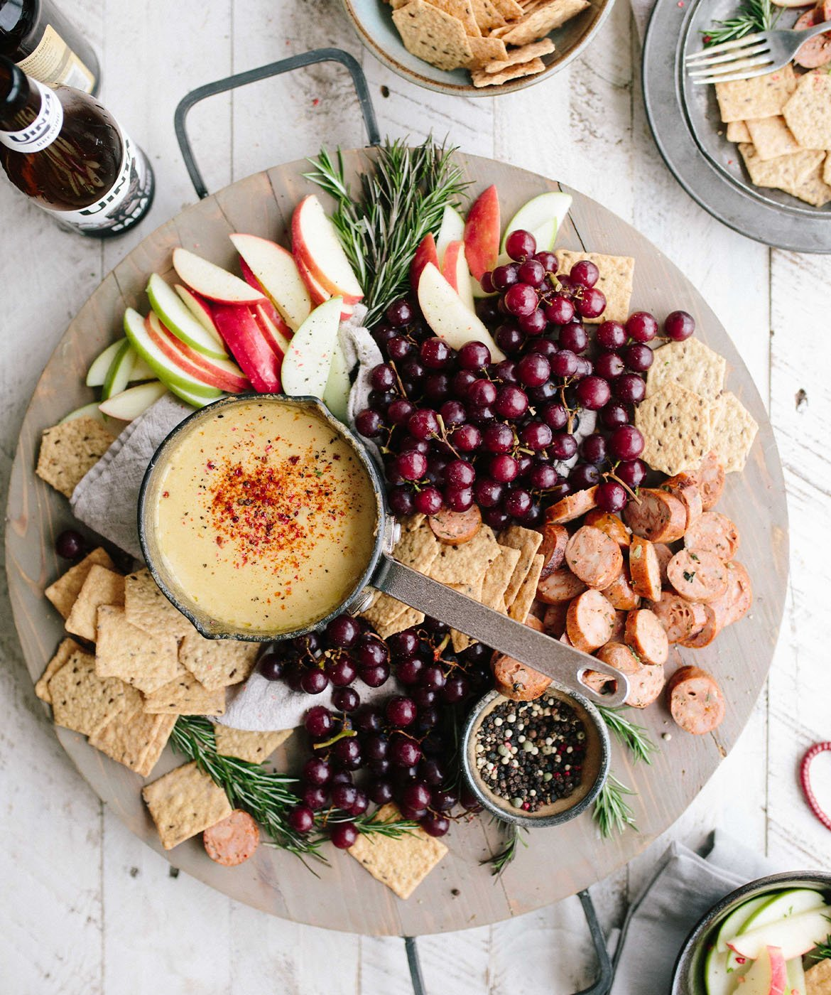 tagliere con frutta fresca, e aperitivo