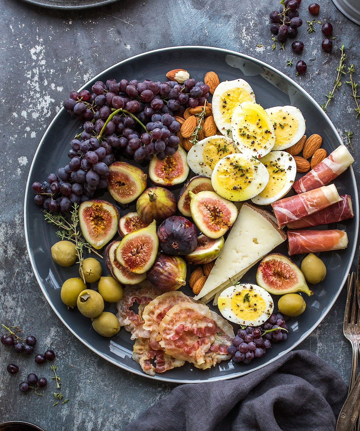 fichi, uva , prosciutto e olive tagliere